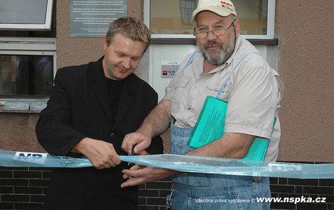 Babybox instalovali v Nemocnici Karviná-Ráj 16. srpna 2010. Nechyběl ani zakladatel Ludvík Hess.