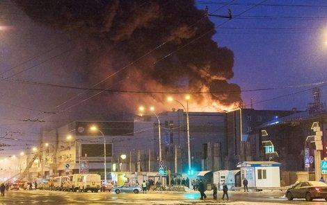 Nákupní centrum Zimnaja višňa zachvátilo ohnivé peklo.