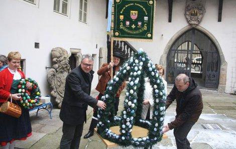 Velikonoční koruna bude letos k vidění pouze na nádvoří chebského muzea.