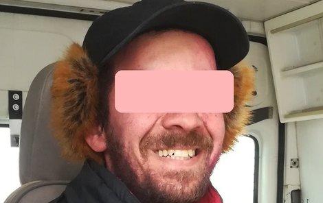 Bezdomovec má díky strážníkovi zase své blízké.