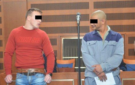 Dvojice mužů nařčená z přepadení výherce na herním automatu, zleva Patrik K. a Lukáš J.