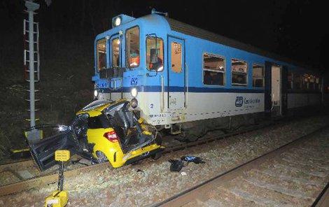 Miniautíčko pro dva pasažéry skončilo pod vlakem.