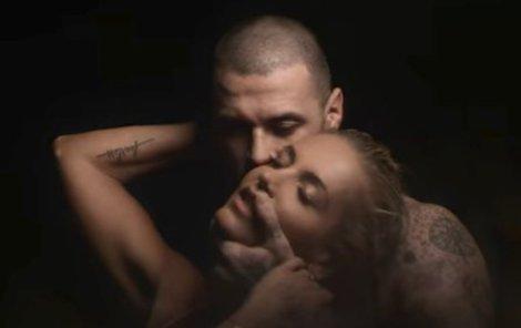 Dara a David v jejím klipu. O intimnosti nebyla nouze