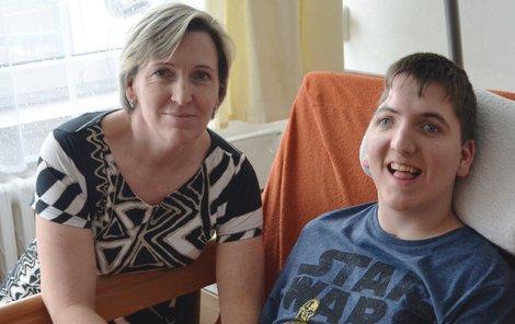 Pavel ležel rok a půl v kómatu. Na snímku s maminkou Radkou.