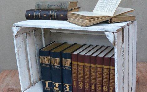knihy jako odkládací stolek