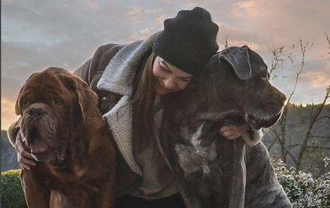 Anna K. se svými psími miláčky