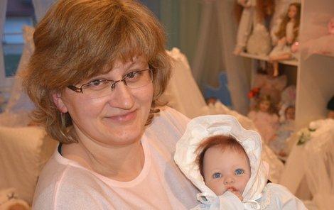 Eva s jednou ze svých panenek