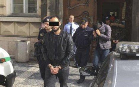 Policisté obvinili šest Alžířanů (20 až 24), kteří údajně v noci z neděle na pondělí znásilnili turistku (35) z Irska v hotelu v pražské Náprstkově ulici.