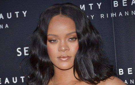 Rihanna má chlapů plné zuby.