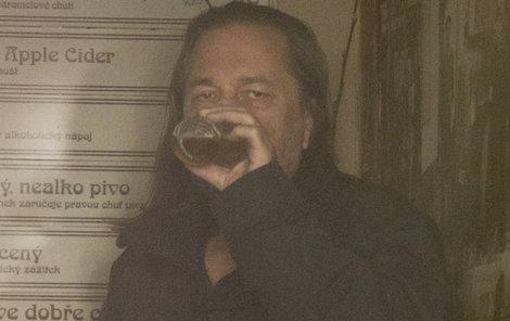 Herec po rozpadu manželství hledá čím dál častěji útěchu v alkoholu.