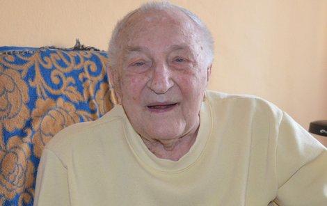I když mu je přes sto let, je dlouholetý primář Alois Blokša v perfektní duševní kondici. Hůř se mu jen chodí.