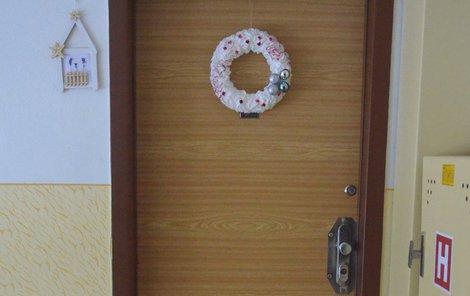 Za dveřmi tohoto bytu pes usmrtil chlapečka.