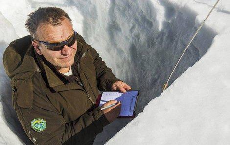 Josef Harčarik při měření sněhové pokrývky.