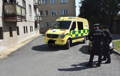 U azylového domu byli policisté včera až do večera.