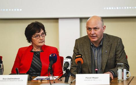 Doktor Pavel Majer z Ústavu organické chemie a biochemie AV ČR, který se podílí na vývoji léku. (ořížnout, je to ten napravo)