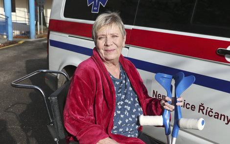 Jaroslava Obermaierová na cestě z nemocnice