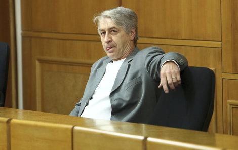 V posledních letech je vdovec u soudu jako doma.