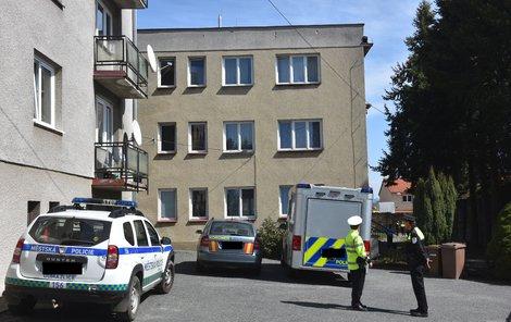 Vyšetřovatelé u azylového domu v Domažlicích.