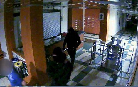 Lupiče zachytila bezpoečnostní kamera.