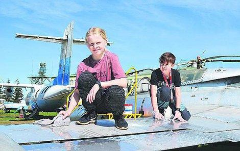 Jedenáctiletí Daniel Nemrava a Tomáš Mikel z Hluku také pomáhali s očistou strojů.