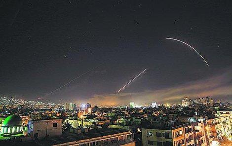 Stovka střel včera zasypala Sýrii.