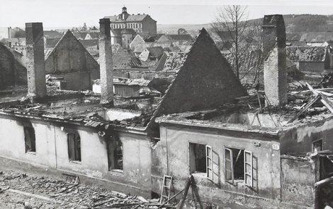 Ve Škodovce byli ztráty na životech minimální. Mrtví ale byli ve čtvrti Skvrňany, kterou bomby zničily. Stát zůstala jen škola (na snímku nahoře).