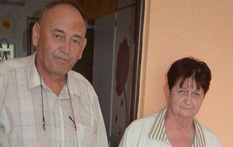 Antónia a Milan Ondrušovi u postele, která čeká už 20 let na jejich syna Milana.