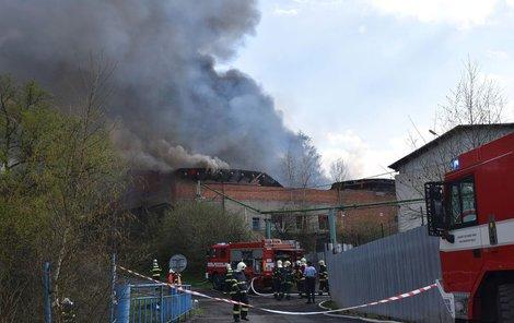 Hořela celá výrobní hala a na místě zasahovalo 13 hasičských jednotek.