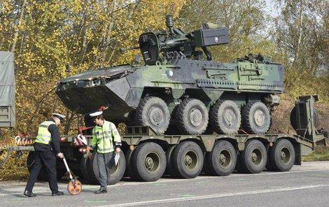 Nepojízdné transportéry vojáci po nehodě naložili a odvezli