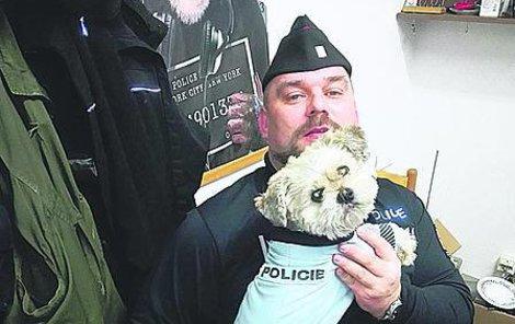 Lukáš v uniformě a se svým psím pomocníkem.