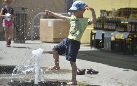 Takto se včera vyhřívali lidé u fontány na pražském Klárově.