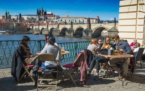 Teplo otevřelo zahrádky po celé Praze.