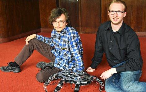 Ondřej (vlevo) a Milan ukazují robota, se kterým získali zlatou medaili v Pekingu.
