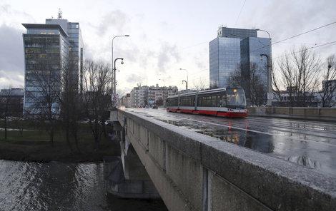 Aktuálně je doprava na mostě omezena na automobily do 6 tun.