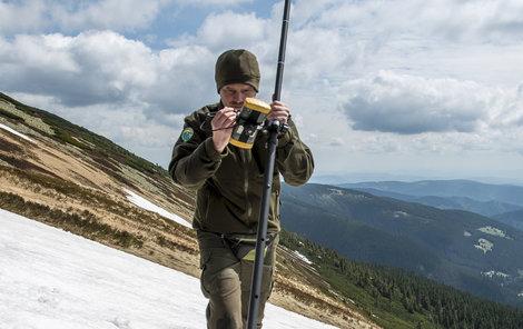 Jan Pačák ze Správy KRNAP měřil včera sněhové pole na úbočí Studniční hory.