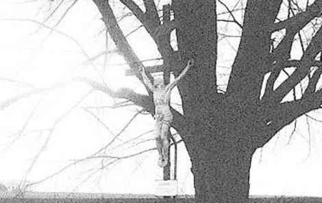 Památku nešťastné ženy připomíná křížek.