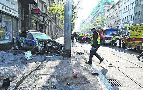 Policisty tahali z hořícího auta