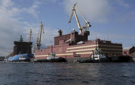 Loď tahalo několik remorkérů.