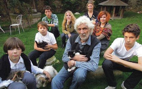 2014 Petr Hapka zplodil s pěti ženami celkem sedm dětí. Zleva: Kašpar, Haštal, Mikuláš, Petra, Kamila, Markéta, Ferdinand
