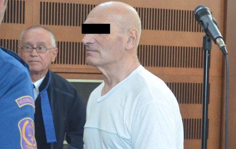 Recidivista Petr J. včera u soudu.