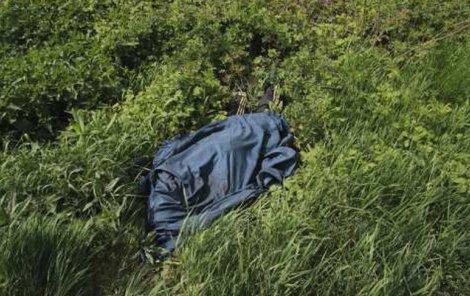Mrtvola v trávě připomínala na první pohled balík.