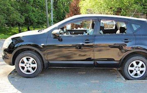 Neznámý vandal ve Skotnicích na Novojičínsku poničil několik zaparkovaných luxusních aut.