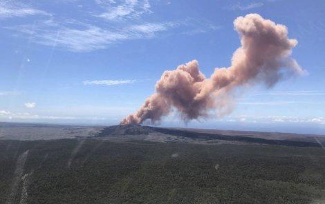 ...dnes vulkán chrlí do dáli kouř, kamení a žhavou lávu.