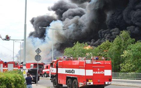 V Hostivaři hoří hala, kouř je vidět kilometry daleko.