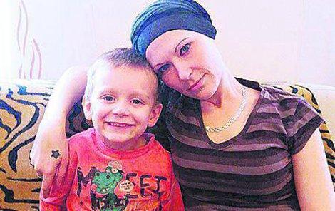 Statečné mamince přispěli přátelé, firmy i zcela neznámí dárci na biologickou léčbu rakoviny více než jedním milionem korun.