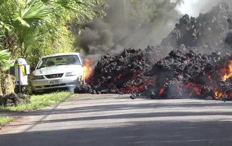Magma se valí přes silnici...