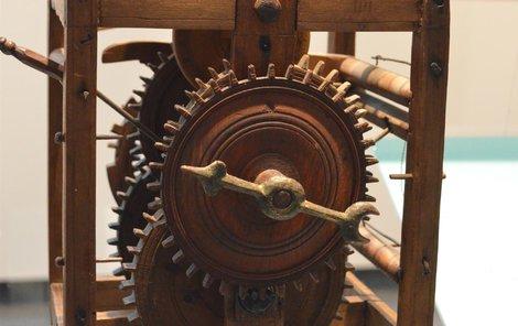 Nejstarším exponátem jsou celodřevěné jednoručičkové hodiny z konce 17. století. Poháněny jsou původními kamennými závažími.