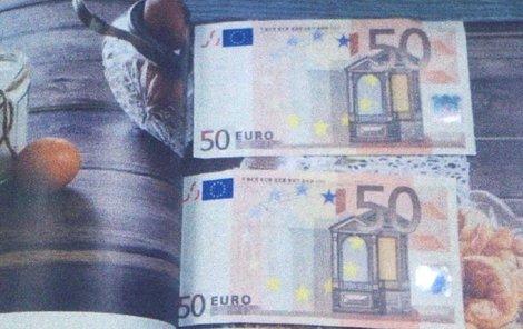 Falešná eura přišla zabalená ze zahraniční v časopisu.