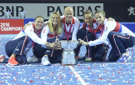 Se Strýcovou a Kvitovou pozvedla Karolína trofej v letech 2015 a 2016.