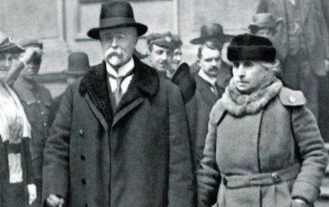 Charlotte a Tomáš při odchodu z volební místnosti v roce 1920. Věrni si zůstali celý život.